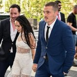 Zoë Kravitz y Karl Glusman llegando a su fiesta de boda