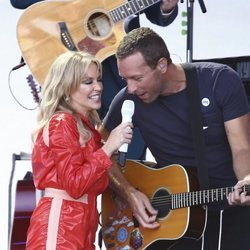 Kylie Minogue actuando en el festival de Glastonbury junto a Chris Martin