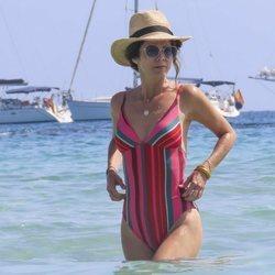 Juana Acosta dándose un chapuzón en aguas de Ibiza
