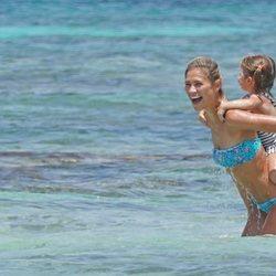 Carla Pereyra con su hija Francesca en una playa de Formentera
