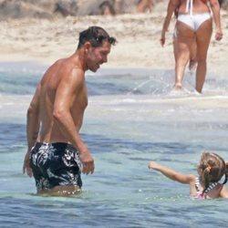 Diego Simeone con su hija Francesca en una playa de Formentera