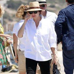 Ana Rosa Quintana caminando por el puerto de Ibiza para subirse a un barco