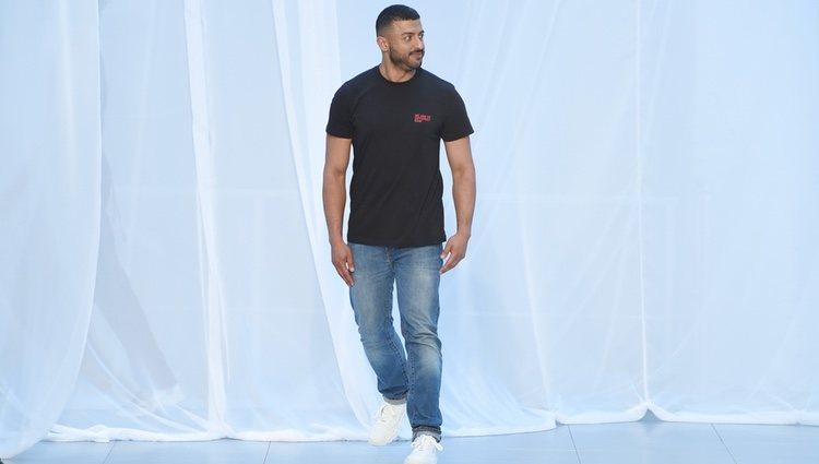 Khalid Al Qasimi saludando después de uno de sus desfiles