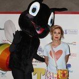 Ágatha Ruiz de la Prada posa con un muñeco en la presentación de 'Pato el feo'