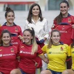 La Reina Letizia junto el equipo de rugby femenino español