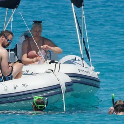 Príncipe Haakon y Mette-Marit en el barco mientras sus hijos bucean en Formentera