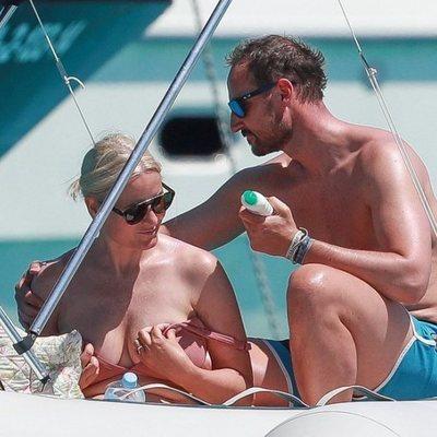Príncipe Haakon echando crema a la Princesa Mette-Marit en las vacaciones por Formentera