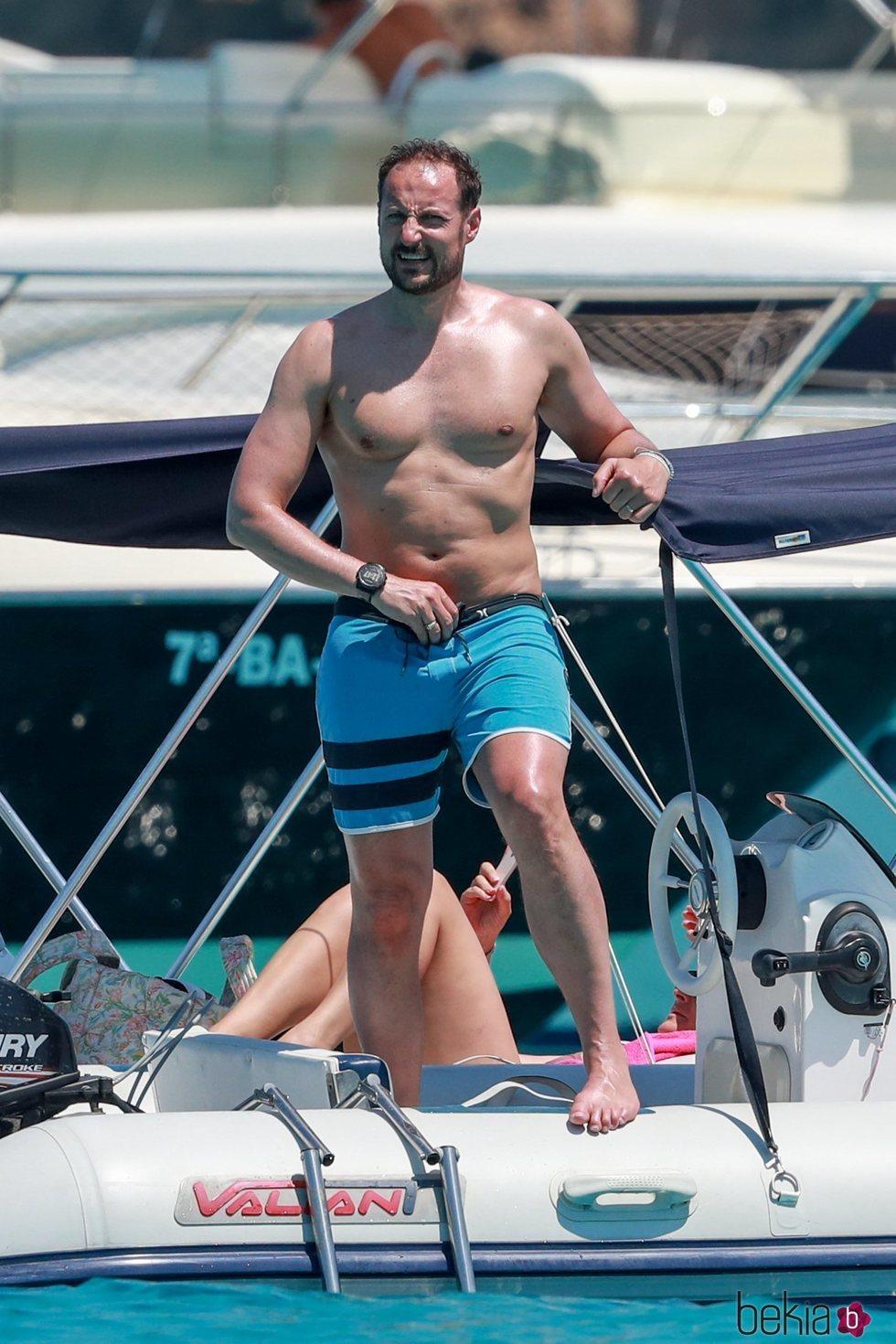 Príncipe Haakon luce torso desnudo en Formentera