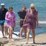Príncipe Haakon con su esposa y sus hijos en la playa