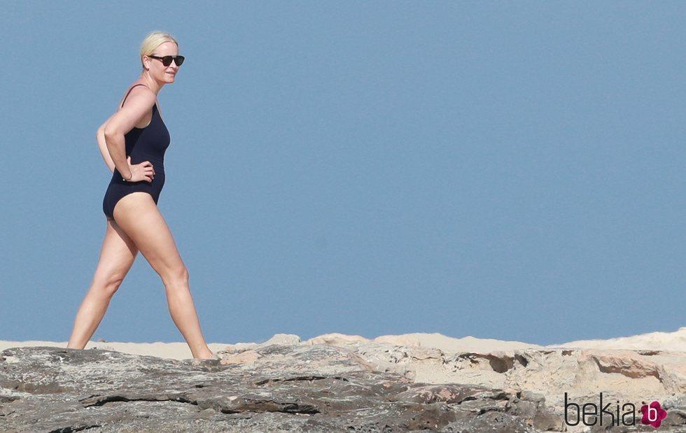 Princesa Mette-Marit en bañador paseando por Formentera