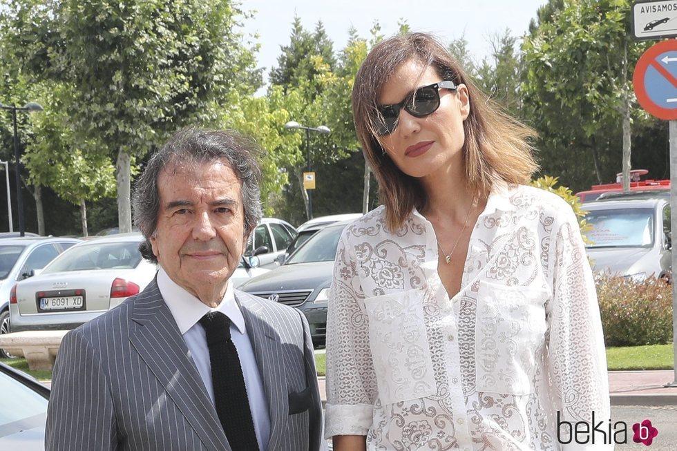 Enrique Cornejo y Juncal Rivero en el tanatorio de Arturo Fernández