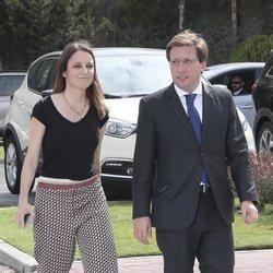 Andrea Levy y José Luis Martínez Almeida en el tanatorio de Arturo Fernández