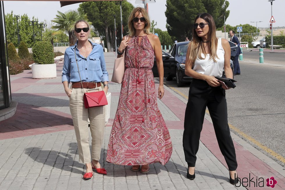 Fiona Ferrer, Mónica Martín Luque e Ivonne Reyes en el tanatorio de Arturo Fernández