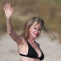 Melanie Griffith saluda a los fotógrafos antes de darse un baño