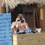 Miguel Bernardeau, un vigilante de la playa en bañador