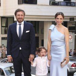 Juan Peña y Sonia González con su hijo Tristán en la boda de Dámaso González y Miriam Lanza