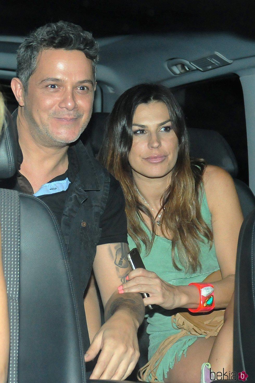 Alejandro Sanz y Raquel Perera en un vehículo en Madrid