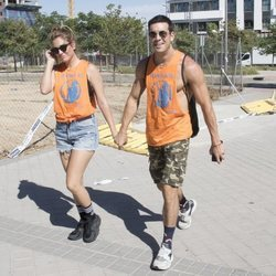 Mario Casas y Blanca Suáres cogidos de la mano llegando al desfile del Orgullo 2019