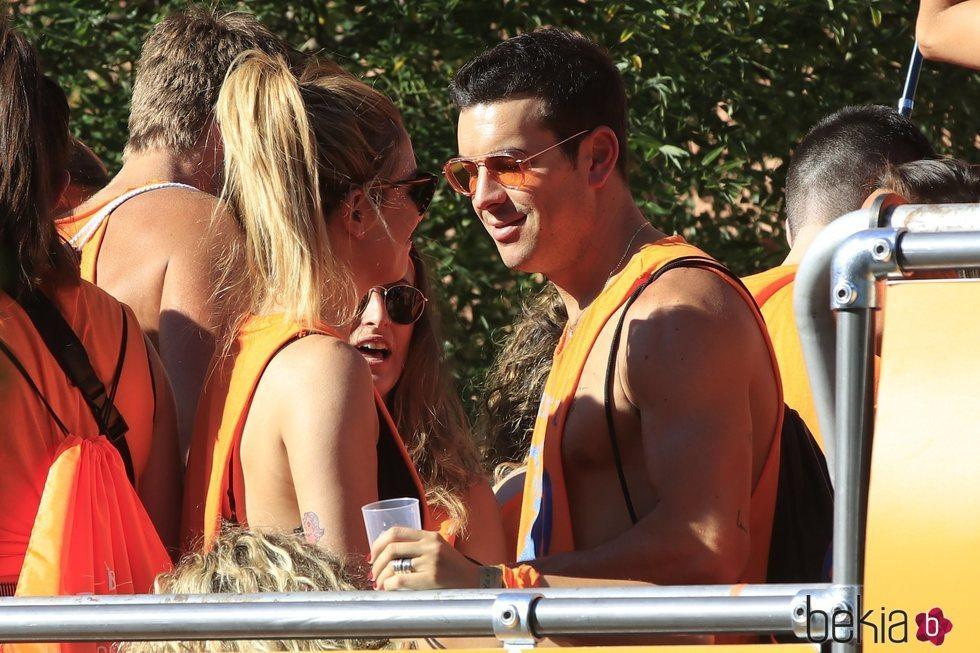 Mario Casas y Blanca Suárez en la cabalgata del Orgullo 2019