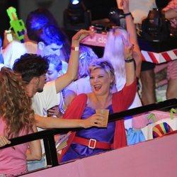 Terelu Campos divirtiéndose en la Cabalgata del Orgullo 2019