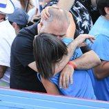 Ana Pastor y Antonio García Ferreras besándose en el desfile del Orgullo 2019