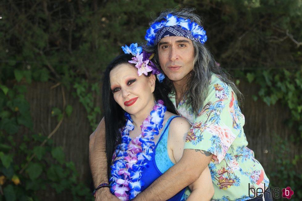 Alaska y Mario Vaquerizo posan en la fiesta de cumpleaños de Mario