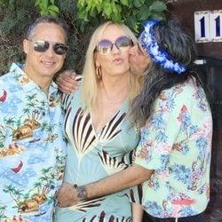 Mario Vaquerizo recibe a Topacio Fresh y su marido