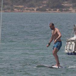 El Príncipe Haakon de Noruega practicando surf