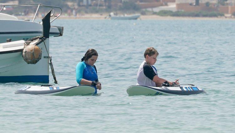 Ingrid Alexandra y Sverre Magnus de Noruega preparándose para surfear en Formentera