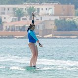 Ingrid Alexandra de Noruega subida a una tabla de surf en Formentera