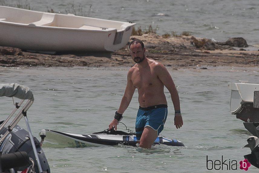 Haakon de Noruega tras practicar deportes acuáticos en Formentera