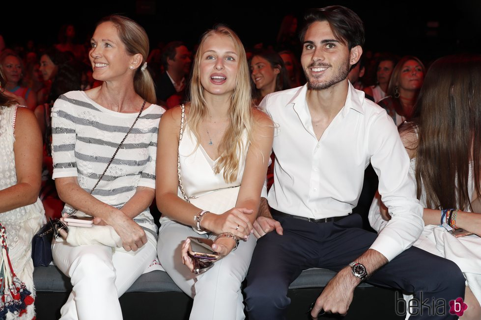 Miranda Rijnsburger con su hijo y su novia en el desfile de Ágatha Ruiz de la Prada en la MBFWMadrid 2019
