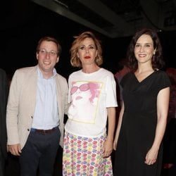 Ágatha Ruiz de la Prada con José Luis Martínez-Almeida e Isabel Ayuso en la MBFWMadrid 2019
