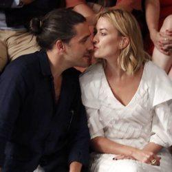 Marta Ortega y Carlos Torretta muy cariñosos en el desfile de Roberto Torretta en la MBFWMadrid 2019