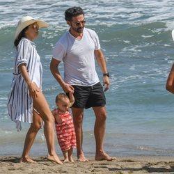 Eva Longoria y su marido Pepe Bastón con su hijo en la playas de Marbella
