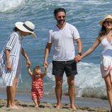 Eva Longoria con su marido Pepe Bastón y su amiga María Bravo paseando a su hijo en Marbella