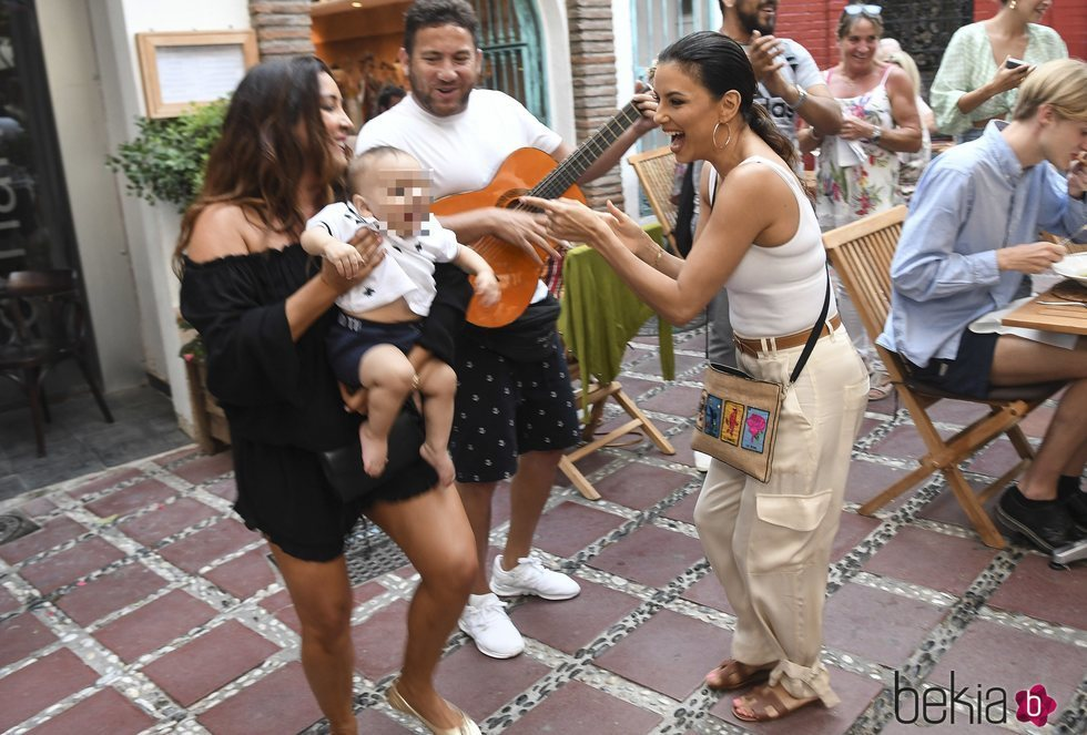 Eva Longoria pasea por Marbella con su hijo Santi y María Pineda