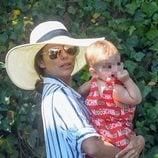 Eva Longoria posa con su hijo Santi Bastón en Marbella
