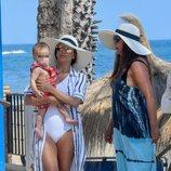 Eva Longoria pasea con su hijo Santi y una amiga en Marbella