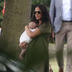 Meghan Markle con su hijo Archie Harrison en un partido de polo