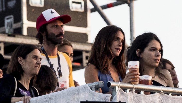 Leiva y Macarena García con unos amigos en el Mad Cool Festival 2019