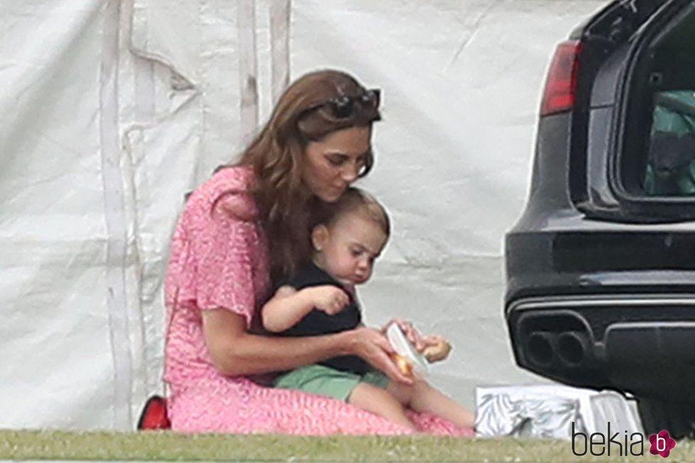 Kate Middleton y el Príncipe Luis en un partido benéfico de polo