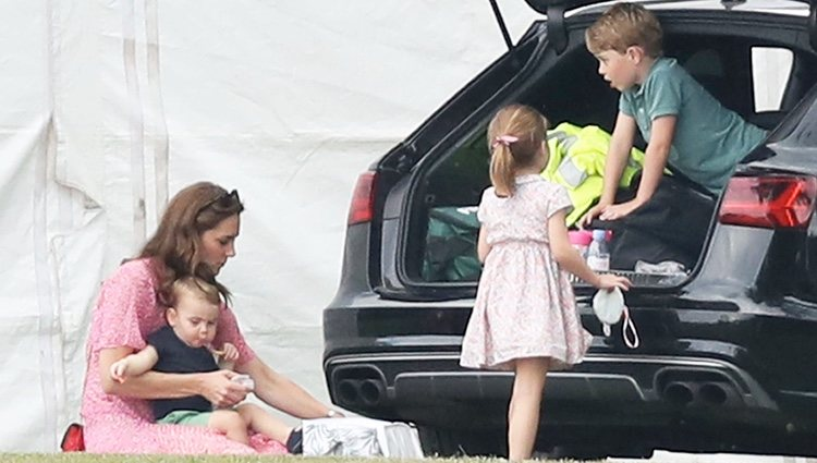Kate Middleton, el Príncipe Jorge, la Princesa Carlota y el Príncipe Luis en un partido benéfico de polo