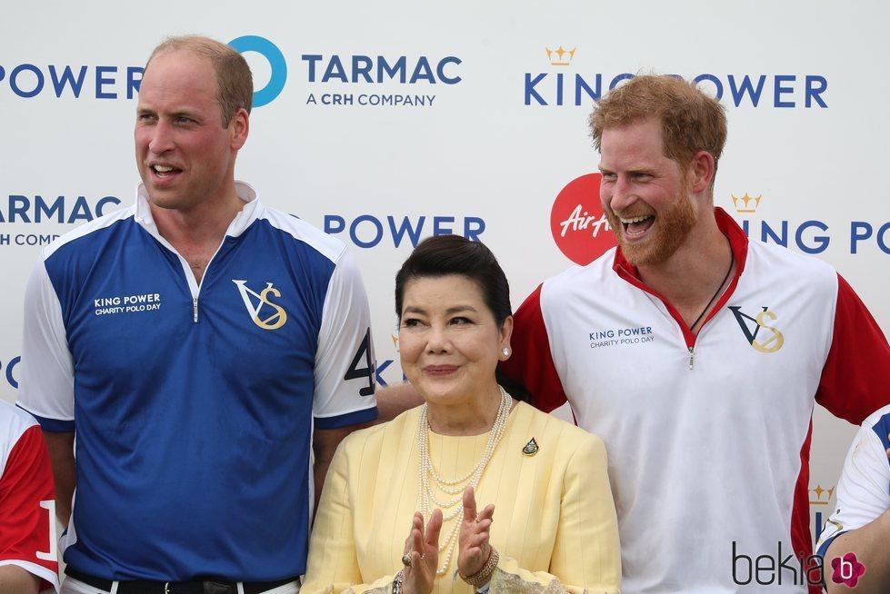 El Príncipe Guillermo y el Príncipe Harry en un partido de polo benéfico