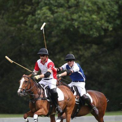 El Príncipe Guillermo y el Príncipe Harry disputando un partido benéfico de polo