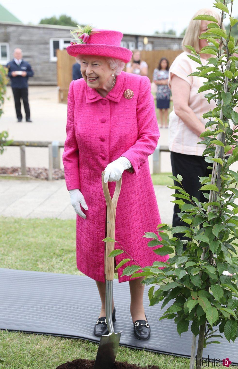 La Reina Isabel II plantando un árbol