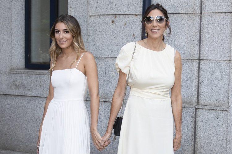 Paz Padilla, agarrada de la mano de su hija Anna Ferrer en su graduación