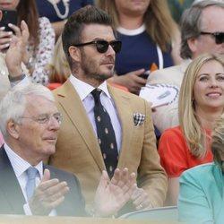 David Beckham asiste junto a su madre a la semifinal femenina de Wimbledon 2019