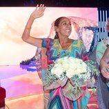 Isabel Pantoja saluda sonriente con su ramo en la gala 12 de 'Supervivientes 2019'