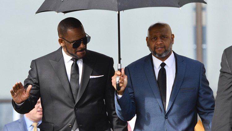 R.Kelly saliendo del juzgado al ser acusado de múltiples abusos